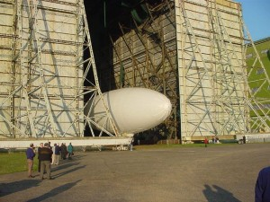 Aushallen des AT-10 in Cardington